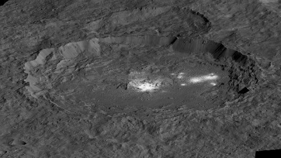 Las manchas brillantes del cráter Occator de Ceres,  de 92 km de diámetro.  Las manchas centrales se llaman Cerealia Facula,  mientras que las otras son Vinalia Facula (NASA/JPL-Caltech/UCLA/MPS/DLR/IDA)