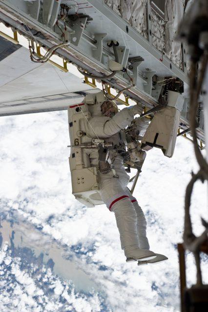 El astronauta Rick Mastracchio durante la misión STS-131 con el sistema SAFER (NASA).