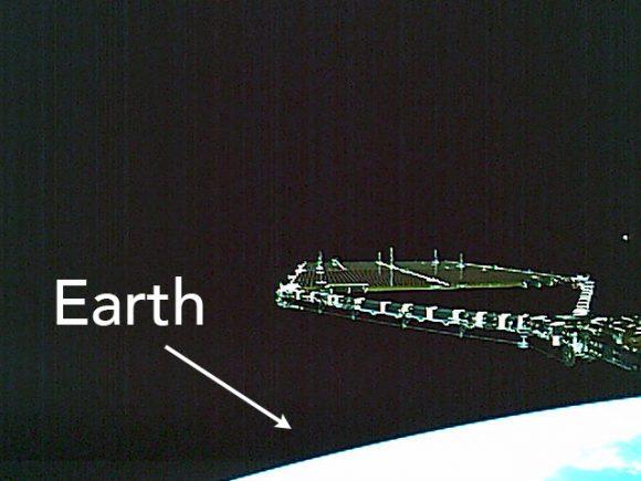 Shikisai fotografía su propio panel solar en órbita (JAXA).