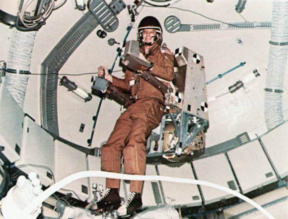 Jack Lousma prueba la mochila ASMU en el Skylab 3 (NASA).