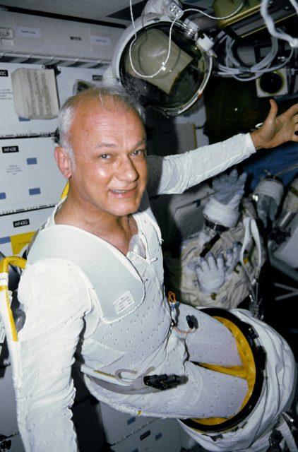 McCandless preparándose para una EVA que finalmente no se produjo durante la STS-31 Discovery (NASA).