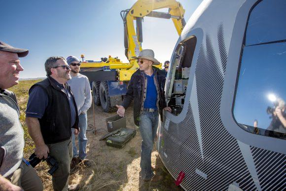 Bezos inspecciona la nueva cápsula tras la misión (Blue Origin).