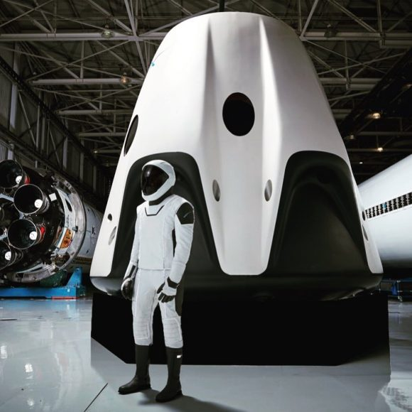 Nave tripulada Dragon V2 de SpaceX con su escafandra (SpaceX).