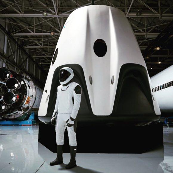 Nave tripulada Dragon V2 de SpaceX con su escafandra (SpaceX).