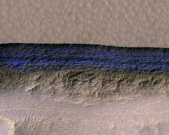 Uno de los acantilados donde se ven los depósitos de hielo (en color exagerado, eso sí) en una imagen de la MRO (NASA/JPL-Caltech/UA/USGS).