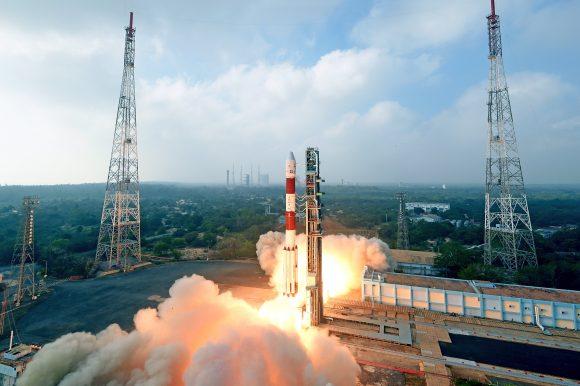 Lanzamiento de la misión PSLV C40 (ISRO).
