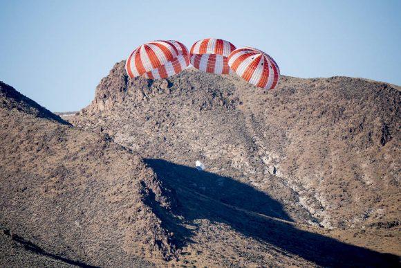 Prueba del sistema de paracaídas de la Dragon 2 en el lago seco Delamar (NASA).