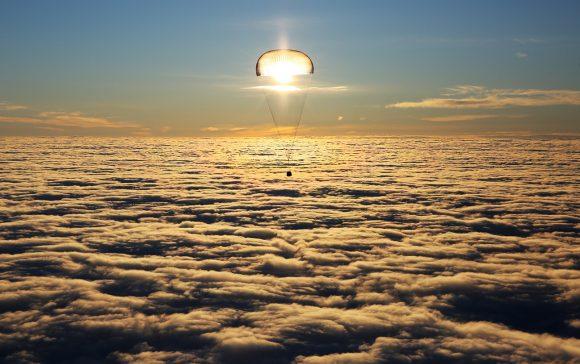 La Soyuz MS-06 desciende iluminada por el sol (Alexander Ryumin/TASS).