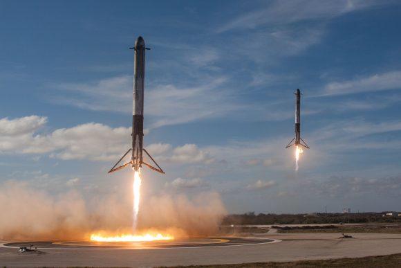 Las dos etapas laterales aterrizando al mismo tiempo en la zona LZ-1 y LZ-2 de Cabo Cañaveral (SpaceX).