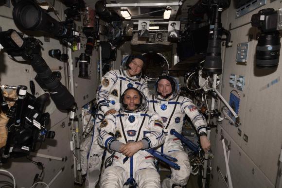 Los cosmonautas se prueban las escafandras Sokol KV2 días antes de regresar a tierra (NASA).
