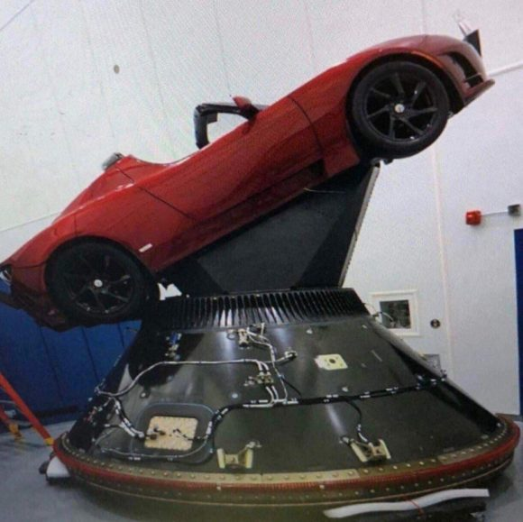 Detalle del adaptador del Roadster (SpaceX).