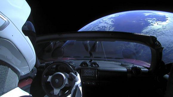 Starman contempla la Tierra (SpaceX).