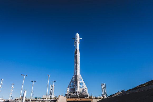 El cohete en la rampa (SpaceX).