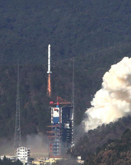 Lanzamiento del trío Yaogan 30-4 (Xinhua).