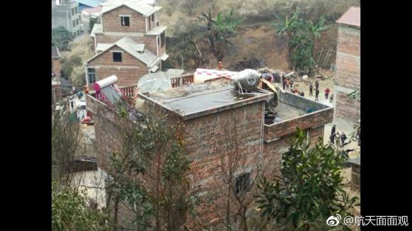 """""""Oiga, vecino, se le ha caído un cohete en la azotea"""". Sin comentarios (Weibo)."""