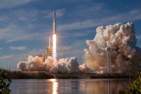 Primer lanzamiento del Falcon Heavy (SpaceX).