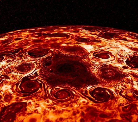 El polo norte de Júpiter visto en infrarrojo por JIRAM. Se aprecia el vórtice central y los ciclones en forma de octógino (NASA/JPL-Caltech/SwRI/ASI/INAF/JIRAM).