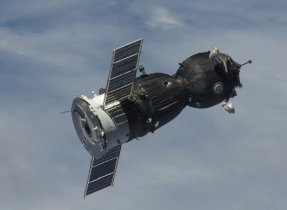 Nave Soyuz TMA. A la derecha el módulo orbital (BO). A la izquierda el módulo de propulsión (PAO). En medio la cápsula (SA).