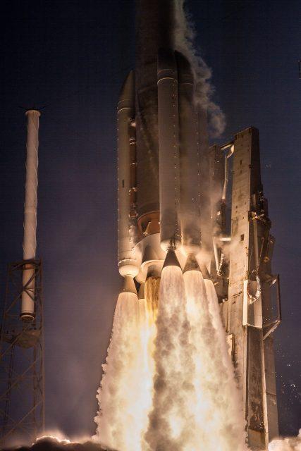 Lanzamiento de un Atlas V en la misión AFSPC-11 con varios satélites militares (ULA).