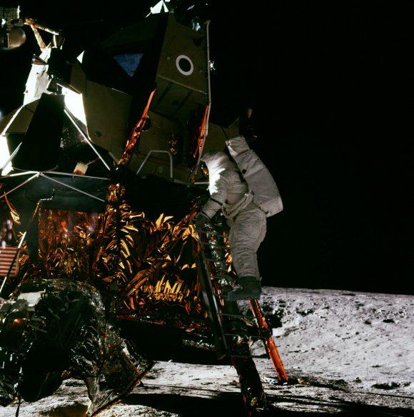 Bean descendiendo del módulo lunar Intrepid (NASA).