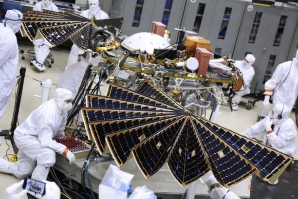 Pruebas del despliegue de paneles solares (NASA).