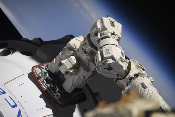 Captura de la Dragon con el Canadarm 2 (NASA).