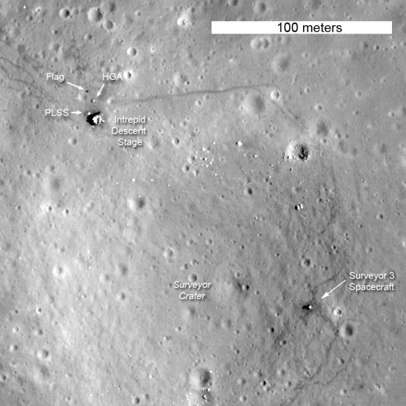 La etapa de descenso del Intrepid y las huellas de Conrad y Bean siguen en la Luna (imagen del LRO) (NASA).