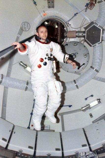 Bean en el interior del Skylab (NASA).