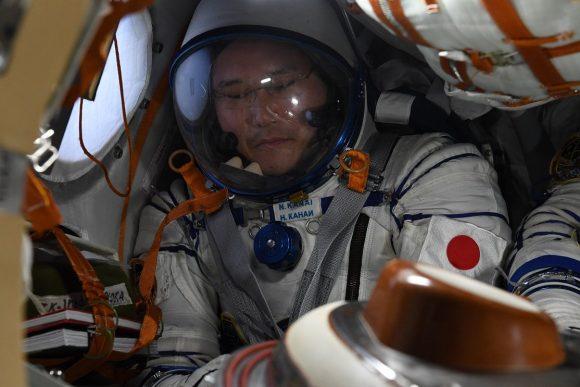 Kanai con su traje Sokol en la Soyuz (NASA).