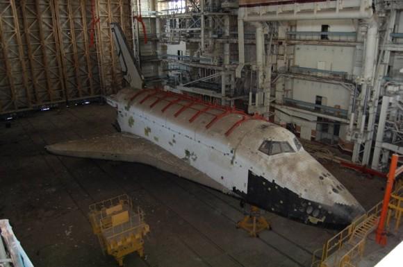 La lanzadera 2K dentro del edificio MZK de Baikonur (Novosti Kosmonavtiki).