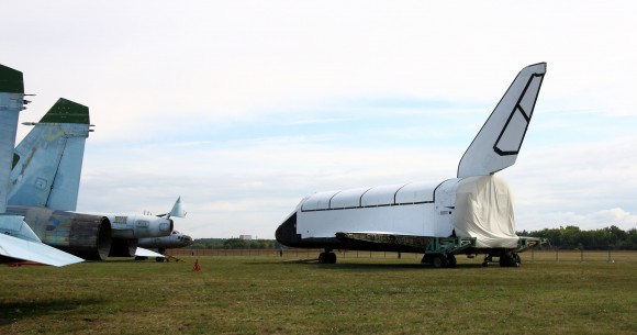Old_planes_in_Gromov_Flight_Research_Institute_territory_(03)