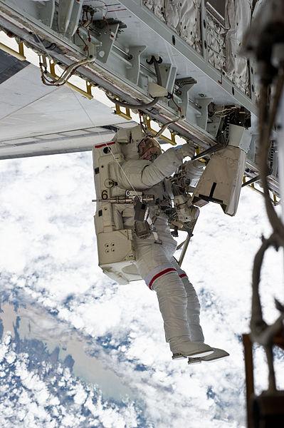 399px-STS-131_EVA3_Rick_Mastracchio_2
