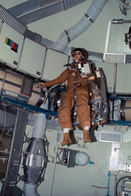 Astronaut_Alan_Bean_flies_the_Astronaut_Maneuvering_Equipment