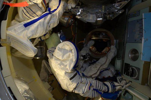 Interior del módulo orbital de la Soyuz TMA-12M con trajes Sokol-KV2 (NASA).