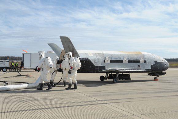 El X-37B OTV-3 tras aterrizar (Boeing).