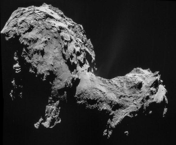 Mosaico de la imagen del comete 67P tomado el 19 de septiembre a 28,6 km de distancia. Se aprecia uno de los chorros en el cuello (ESA/Navcam).