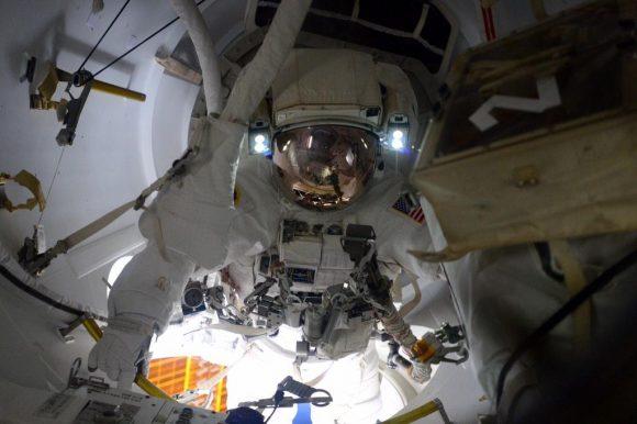 Terry Virts sale al exterior de la estación durante la EVA-29 (NASA).