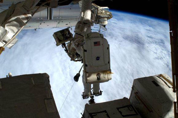 Virts durante la EVA-30 lubricando el extremo del Canadarm2 (NASA).