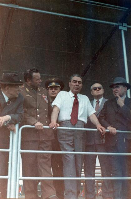 Ustínov, a la izquierda, con Brezhnev en el centro (Wikipedia).