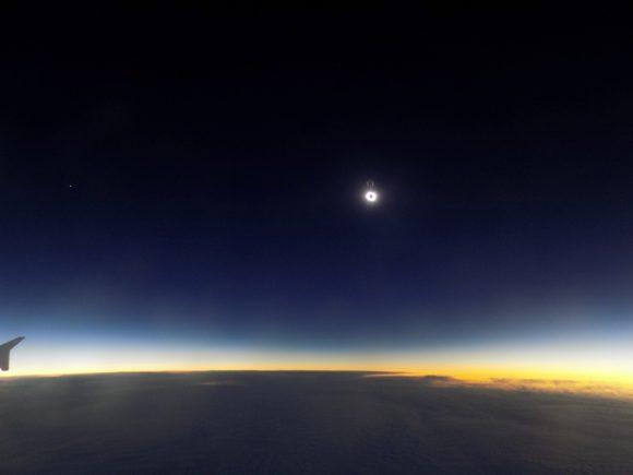 Imagen de la totalidad del eclipse desde un avión (Joe Rao/space.com).