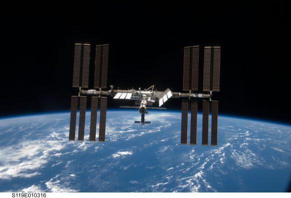 La ISS durante la misión del transbordador STS-119 (NASA).