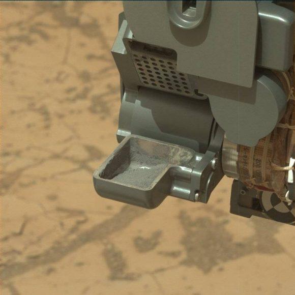 Polvo de la roca Mojave 2 antes de ser trasladadas a los instrumentos del rover en una imagen del sol 884 ().