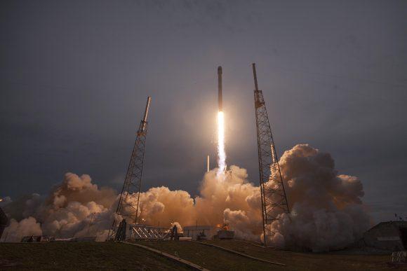 Lanzamiento del TürkmenÄlem 52E (SpaceX).