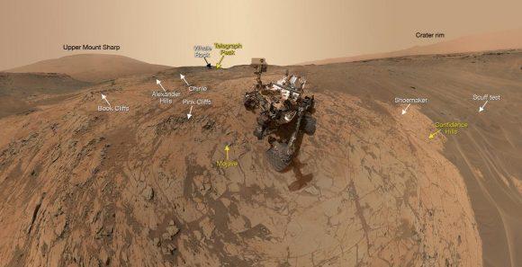 'Selfie' de Curiosity tomado con varias fotos de la cámara MAHLI en la región de Mojave ().