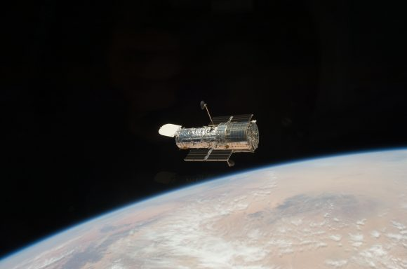 El telescopio espacial Hubble visto desde el Atlantis en la misión STS-125 de 2009 (NASA).