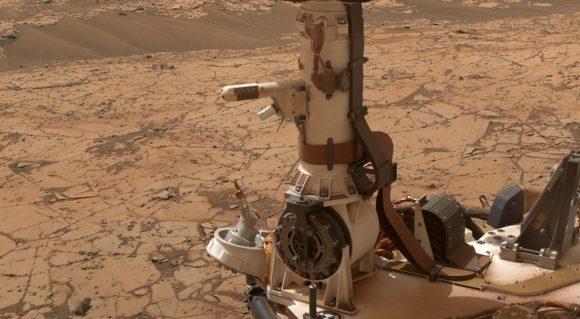Sensores del instrumento español REMS en el mástil de Curiosity. Imagen de la cámara MAHLI de enero de 2015 (NASA/JPL/MSSS).
