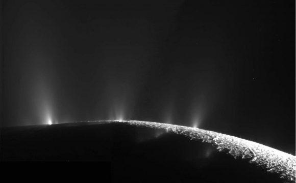 Los géiseres de Encélado conectan directamente el océano subterráneo de esta luna con el espacio exterior (NASA/JPL).