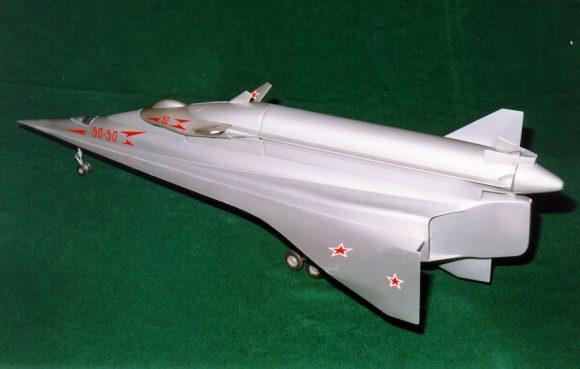 Maqueta del transbordador Spiral lanzado mediante un avión hipersónico (variante 50-50), un esquema también usado en el Tu-136 (www.buran.ru).