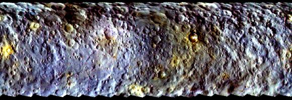 Mapa a color de Ceres con imágenes tomadas por la cámara FC durante la fase de aproximación. El mapa usa imágenes tomadas con filtro azul (440 nm), verde (550 nm) e infrarrojo (920 nm) (NASA/JPL-Caltech/UCLA/MPS/DLR/IDA).