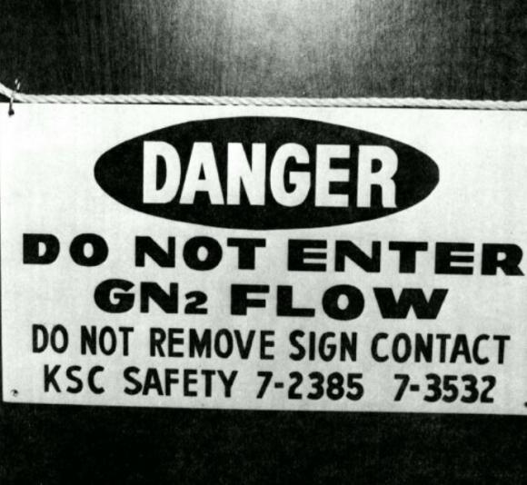 Cartel de seguridad avisando de la presencia de nitrógeno en algunos compartimentos del shuttle tras el accidente (NASA).